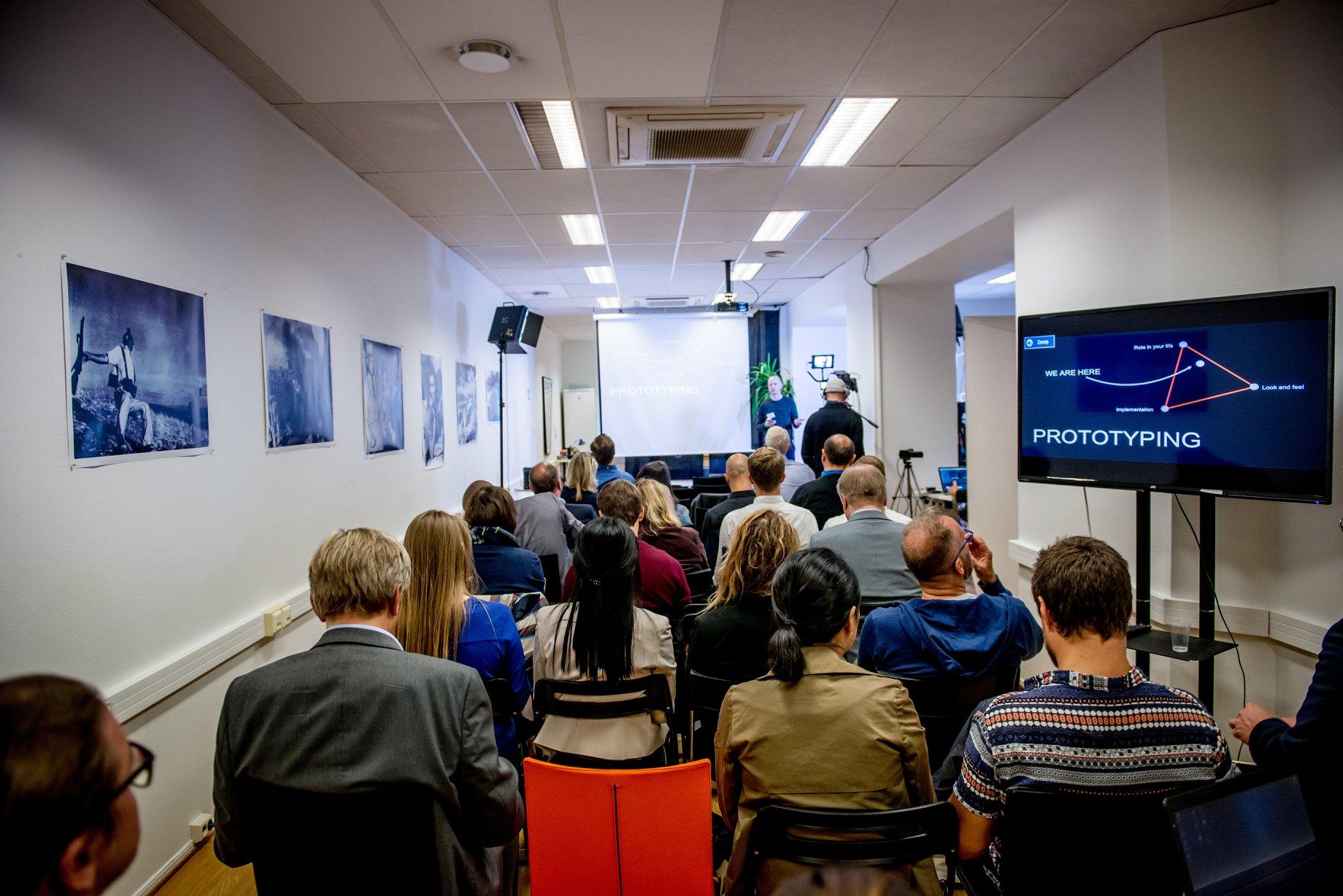 Oslo Media House har siden 2014 etablert seg som en møteplass og et verksted for journalistikk – som et bidrag til fremtidens mediemangfold med utgangspunkt i Oslo. I de tre etasjene i Skippergata 26 har det i løpet av disse årene vært rundt 130 leietagere, fra journalister til aktivister, som har boltret seg med nye ideer, prosjekter og oppstartsbedrifter - samt et betydelig antall møter, workshops, kurs og debatter. Dette bildet er fra det årlige Oslo Media Meeting i september 2018. Foto: Gorm K. Gaare